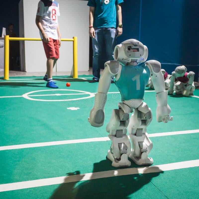 Nao-robot som spelar fotboll på Wired den nästa festen i Milan, Italien royaltyfria bilder