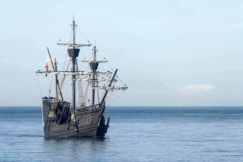 Nao Wiktoria żeglowanie wzdłuż wybrzeża obraz royalty free