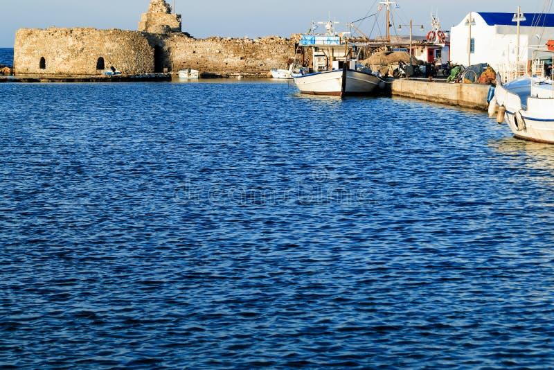 Naoussa vissershaven met oud Venetiaans kasteel, Paros-Eiland, Griekenland royalty-vrije stock afbeelding