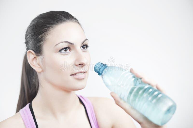 napój dziewczyna przygotowywa target1680_0_ zdjęcia stock