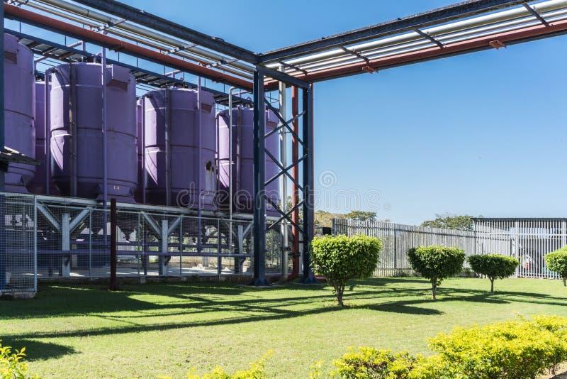 Napój fabryki butle Z niebieskim niebem zdjęcia royalty free