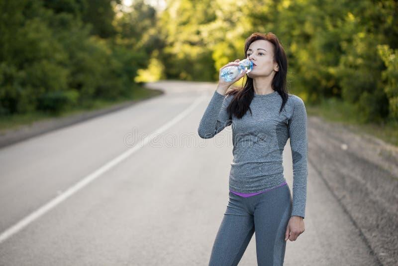 Napój woda podczas gdy jogging W ranek zdjęcia royalty free