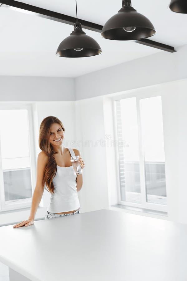 Napój woda Szczęśliwa Uśmiechnięta kobiety woda pitna Zdrowy Lifesty obrazy stock