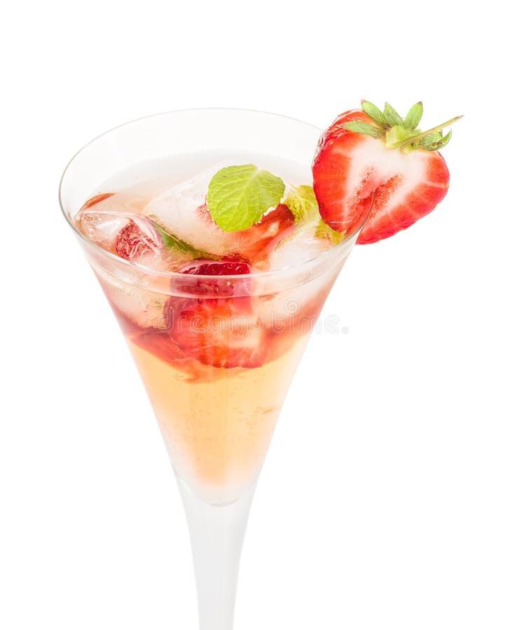 Pije z truskawkami i mennicą w szampańskim szkle obrazy stock