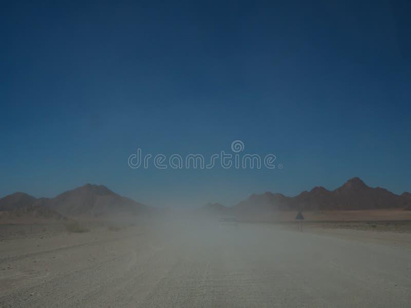 Napędowy offroad pojazd na wycieczce samochodowej przez mglistej niebrukowanej drogi zdjęcia royalty free