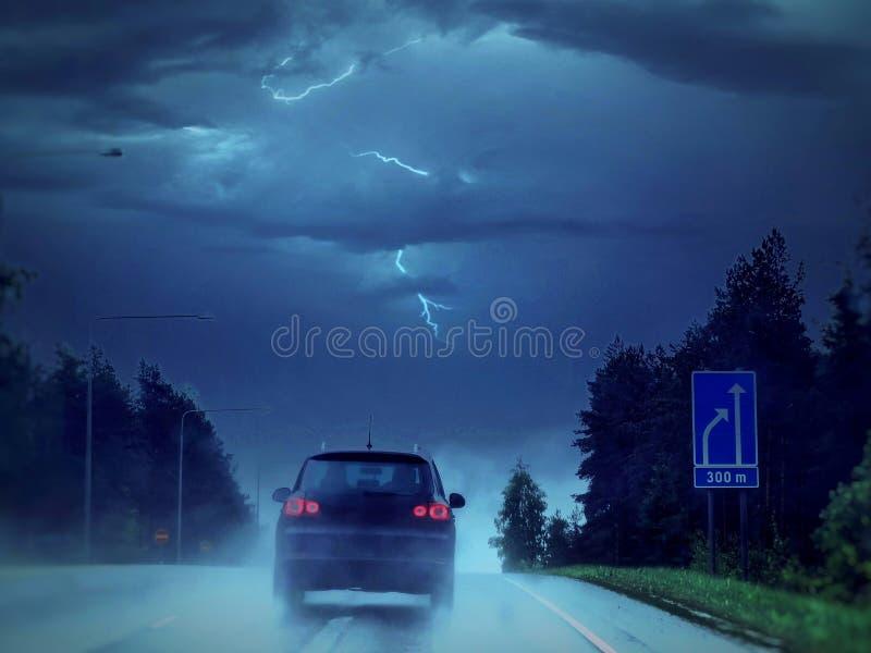 Napędowy samochód przez burzy fotografia royalty free