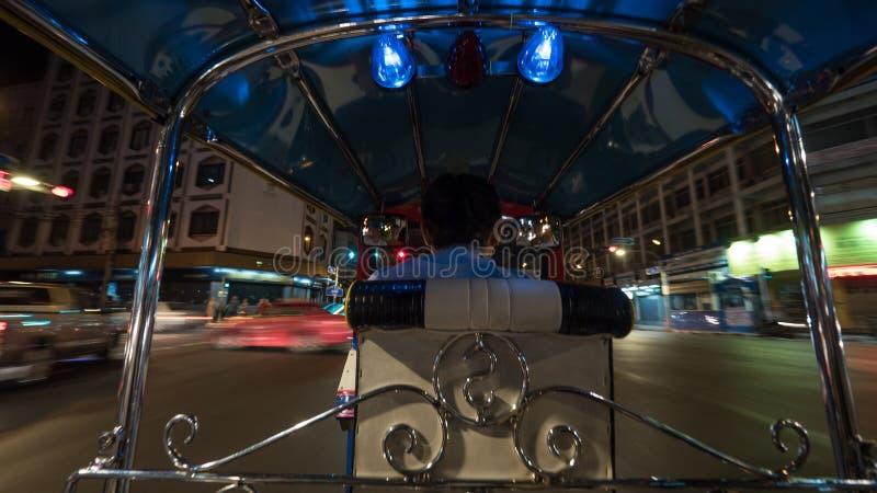 Napędowy tuktuk w nocy Bangkok, Tajlandia zdjęcia stock