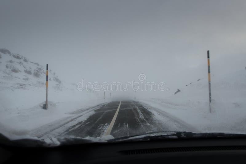 Download Napędowa Samochodowa Halna Droga Zdjęcie Stock - Obraz złożonej z śnieg, niebezpieczeństwo: 65226374