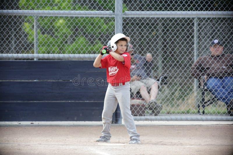 Napa barnserien i basebollbaseball och pojken är drivande royaltyfria foton