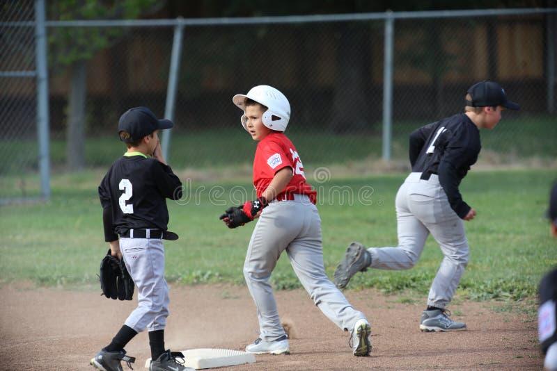 Napa barnserien i basebollbaseball och pojken är drivande arkivfoton
