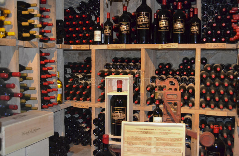 Napa Valley, California - 6 de abril de 2012: Botellas de vino del formato grande en Castello Di Amorosa imagen de archivo libre de regalías