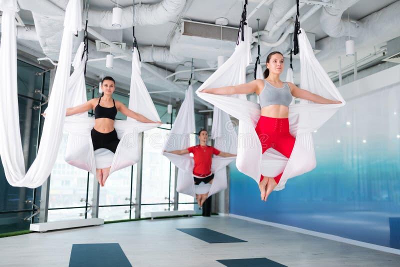 Napad, aktywny mężczyzna i kobiety uczęszcza komarnicy joga grupujemy wpólnie obrazy royalty free