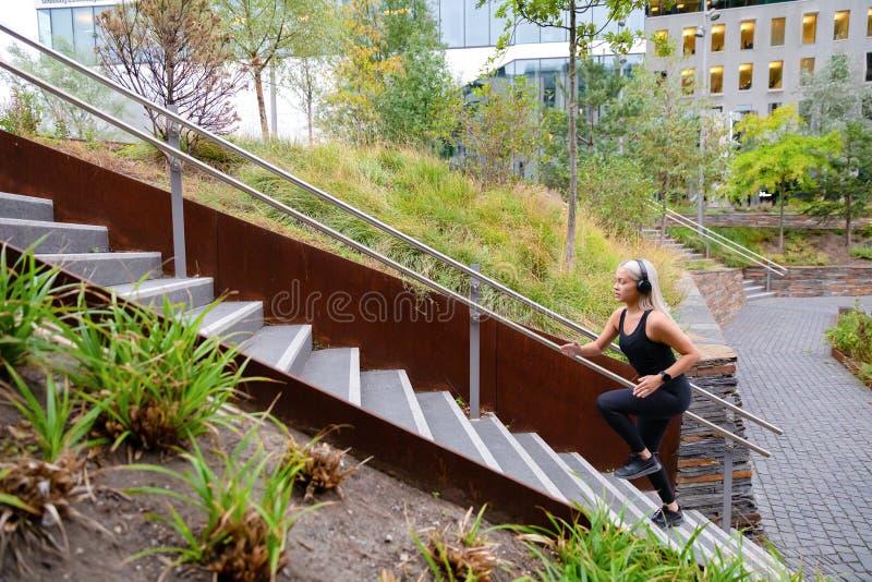 Napad bawi się kobiety biega interwału trening w schodkach w miasto parku zdjęcia stock