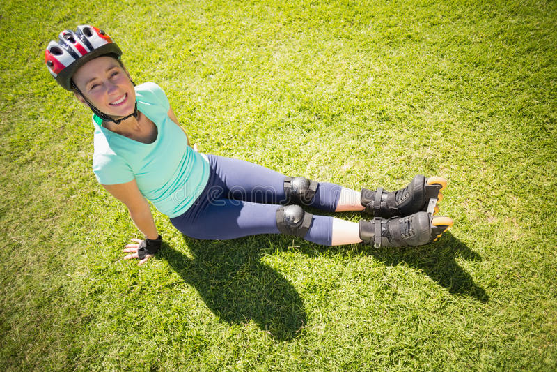 Napad dojrzała kobieta w rolkowych ostrzach na trawie zdjęcia royalty free