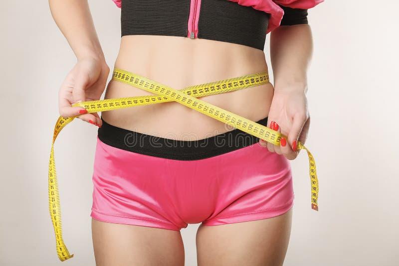 Napadu, zdrowej i sporty kobieta w swimsuit, Piękny dziewczyny measur fotografia stock