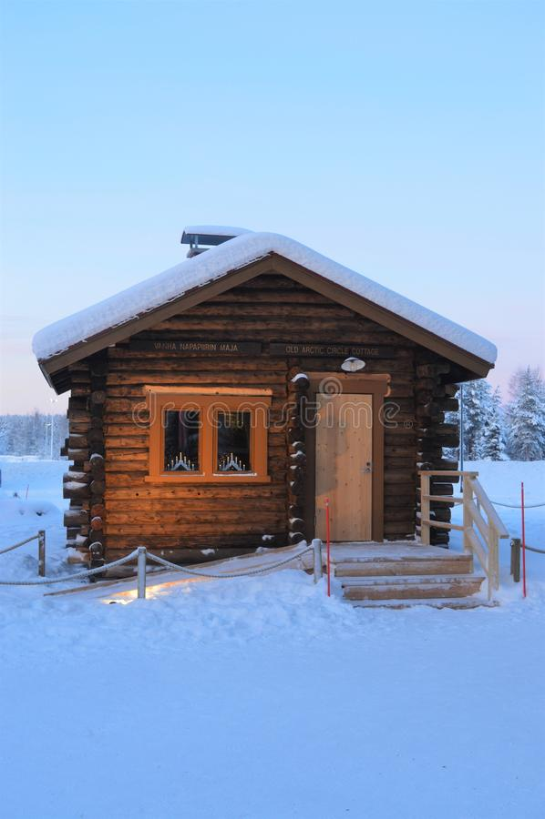 Napapiiri Noordpoolcirkel, Rovaniemi Finland Santa Claus Village † Roosevelt cottage† stock foto