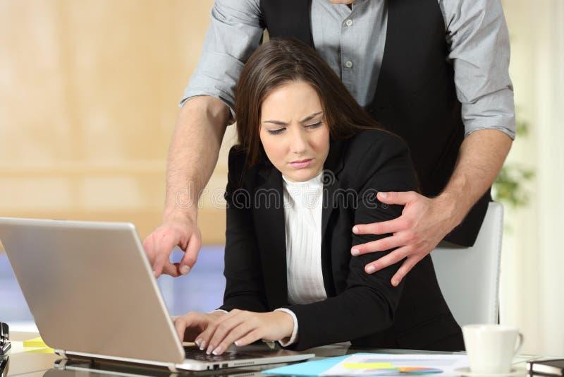 Napastowanie z szefem dotyka jego sekretarka zdjęcie stock
