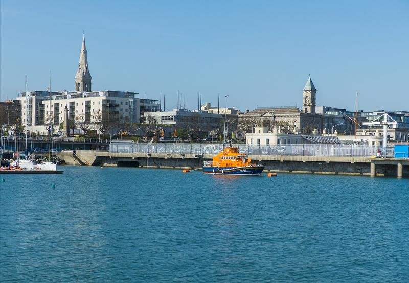 Napastuje Laoghaire schronienie i R n L Ja lifeboat na wybrzeżu okręg administracyjny Wicklow w Irlandia na spokojnym wiosna rank obrazy royalty free