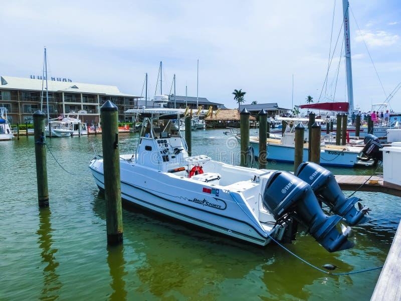 Napels, de V.S. - 8 Mei, 2018: Bootjachthaven en waterkant in Napels, Florida stock afbeeldingen