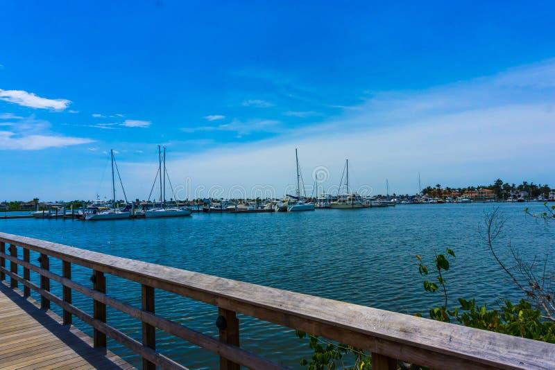 Napels, de V.S. - 8 Mei, 2018: Bootjachthaven en waterkant in Napels, Florida stock afbeelding