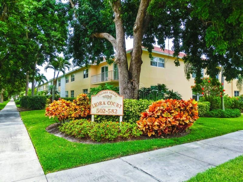 Napels, de V.S. - 8 Mei, 2018: Buitenkant van een twee-verhaal modern toevluchtgebouw in Napels, Florida stock afbeelding