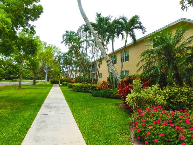 Napels, de V.S. - 8 Mei, 2018: Buitenkant van een twee-verhaal modern toevluchtgebouw in Napels, Florida stock foto