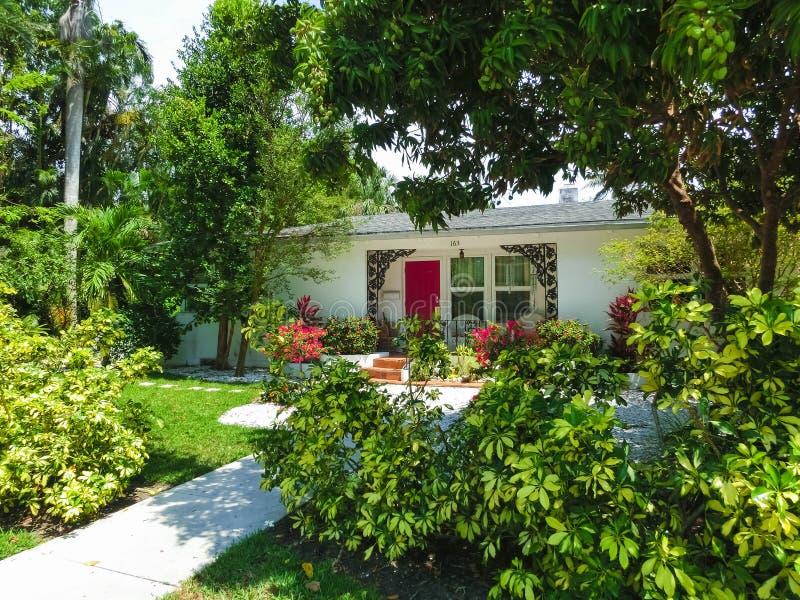 Napels, de V.S. - 8 Mei, 2018: Mooi huis bij het strand van Napels, Florida de V.S. stock foto