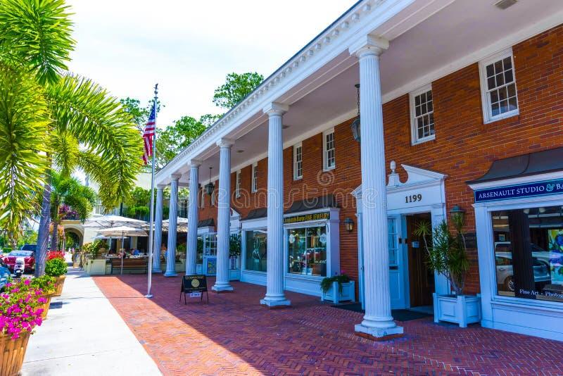 Napels, de V.S. - 8 Mei, 2018: Mooi huis bij het strand van Napels, Florida de V.S. royalty-vrije stock afbeelding