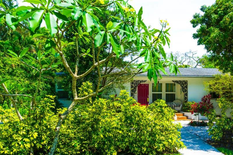 Napels, de V.S. - 8 Mei, 2018: Mooi huis bij het strand van Napels, Florida de V.S. royalty-vrije stock afbeeldingen