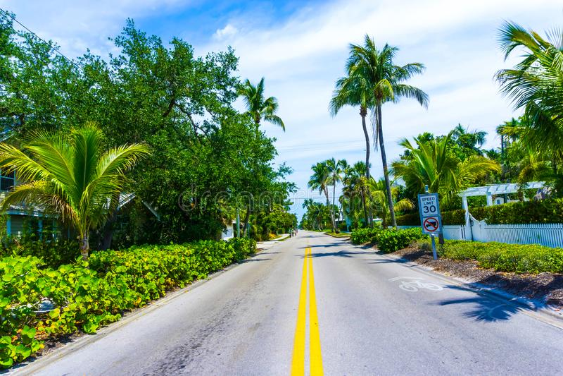 Napels, de V.S. - 8 Mei, 2018: Mooi huis bij het strand van Napels, Florida de V.S. royalty-vrije stock foto's