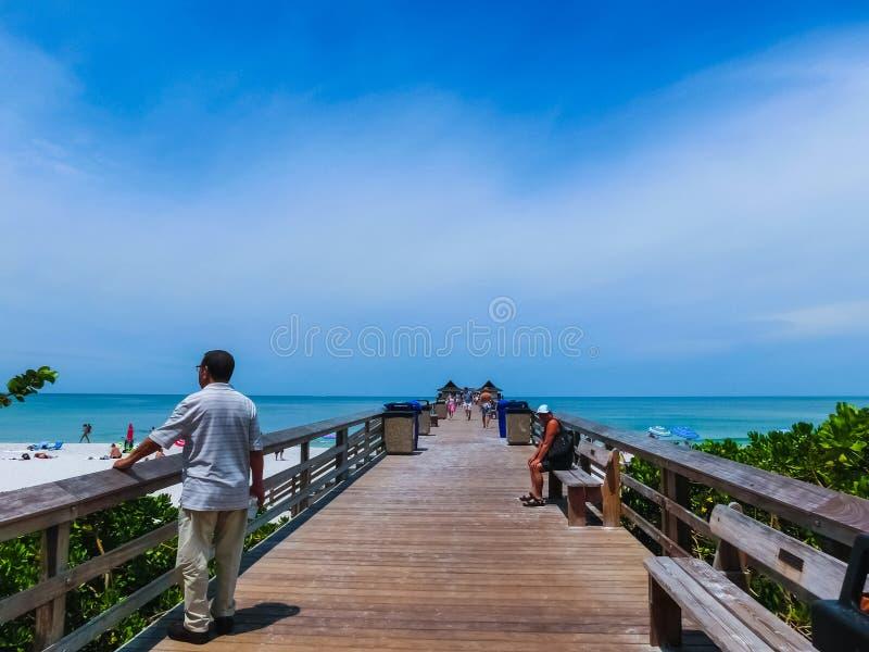 Napels, de V.S. - 8 Mei, 2018: Toeristen die van het Vanderbilt-strand in Napels, Florida genieten stock foto