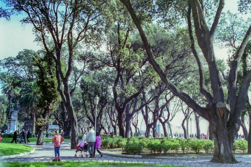 NAPELS, ITALIË, 1995 - de monumentale bomen van de Villa Comunale in Napels bieden schaduw aan toeristen en Neapolitans aan stock foto's