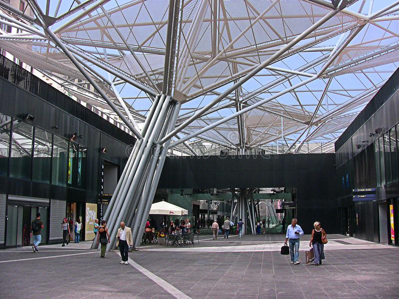 Napels, Italië, Garibaldi-metropost en zijn metaalbomen royalty-vrije stock fotografie