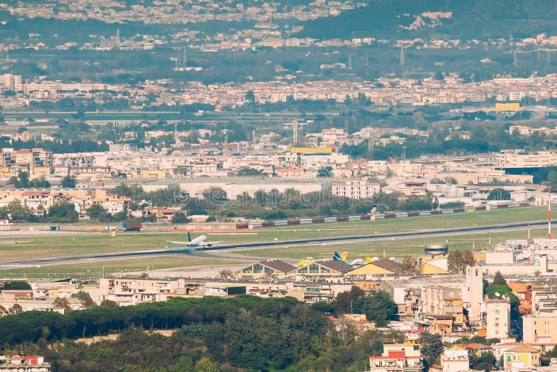 Napels, Italië Het vliegtuig landt of gaat bij de Internationale Luchthaven van Napels van start royalty-vrije stock fotografie