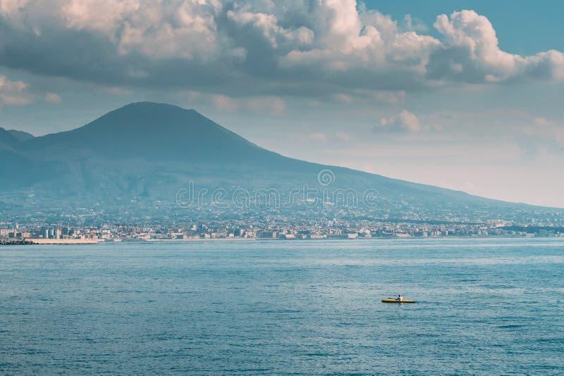 Napels, Italië Mens Opleiding op Kajak in Thyrreense Zee Landschap met Volcano Mount Vesuvius And Tyrrhenian-binnen Overzees stock fotografie