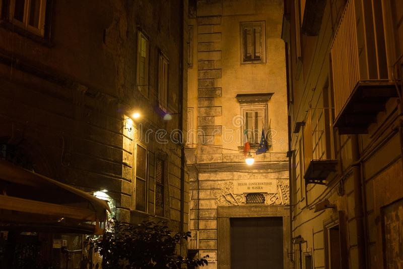 NAPELS, ITALIË - OKTOBER 31, 2015: Nachtmening van de bouw van de muziekschool stock afbeeldingen