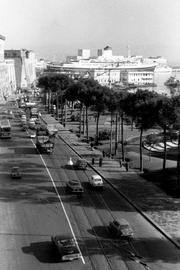 Napels, Italië, 1967 - Verkeersstromen via Acton, terwijl sommige mensen op de tram wachten stock afbeelding