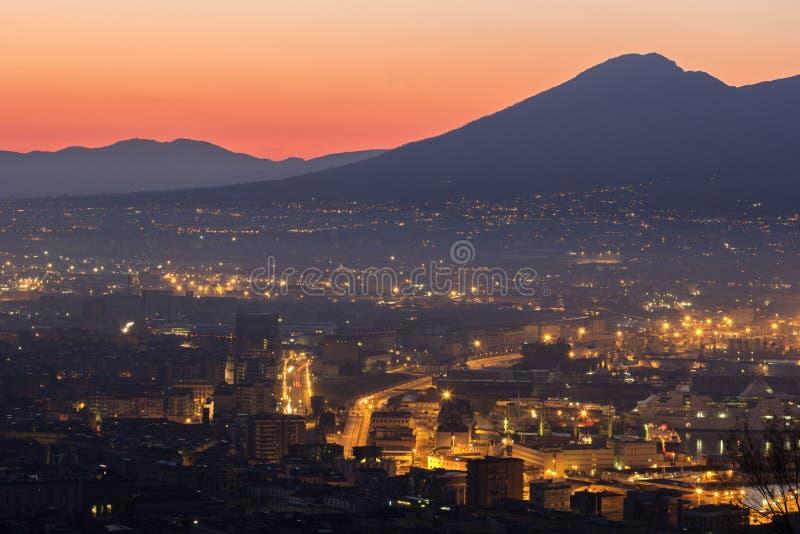 Napels met de Vesuvius op de achtergrond stock foto's