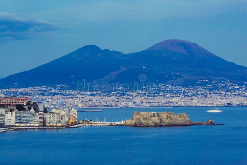 Napels 's nachts, dell 'Ovo van de Vesuvius en Castel-, blauwe hemel en overzees stock foto