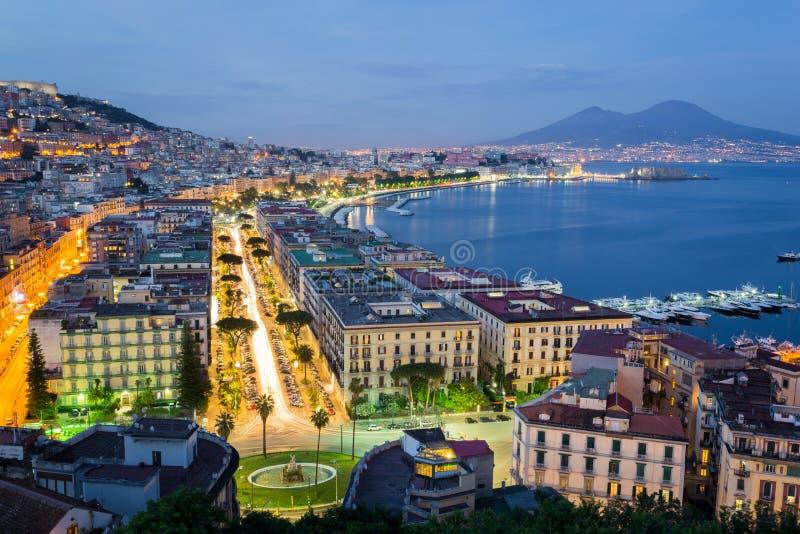 Napels 's nachts, Golf en de Vesuvius op achtergrond royalty-vrije stock foto