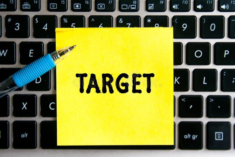 napis 'TARGET' na żółtym arkuszu papieru naklejkowego na tle klawiatury komputerowej fotografia royalty free