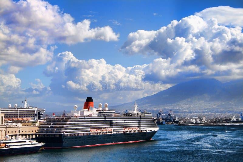 Naples-Bateau dans le port images stock