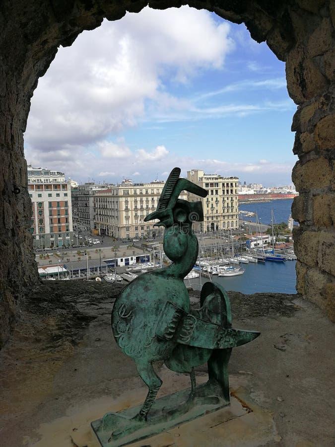 """Naples - coq en bronze au vallon """"Ovo de Castel photo stock"""