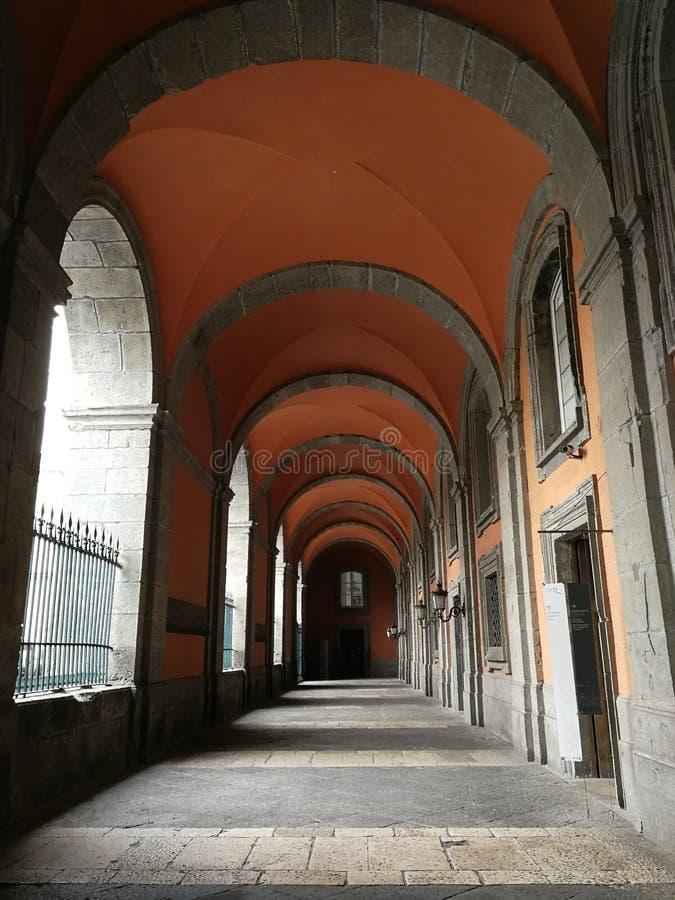 Naples - ingångsfarstubro av Royal Palace royaltyfria bilder