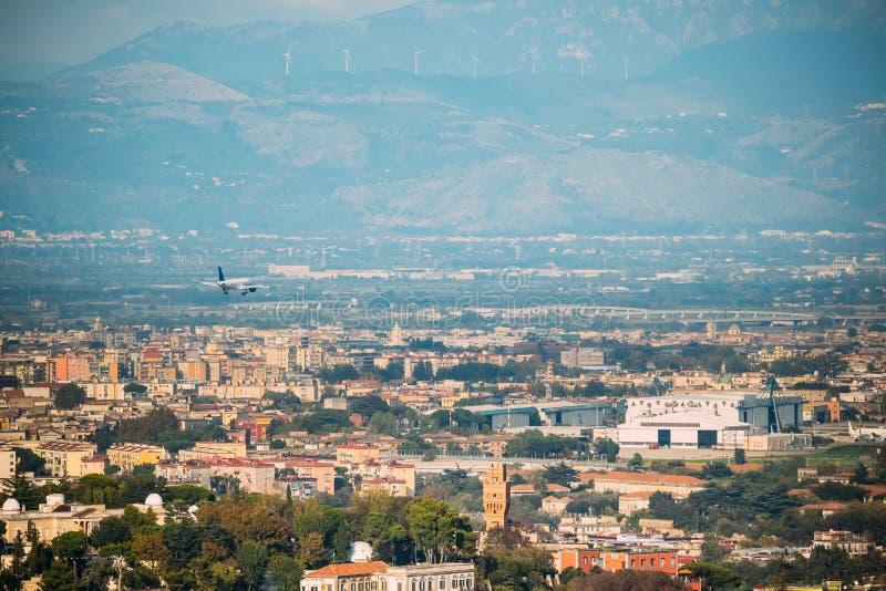 Naples, Italie L'avion débarque à l'aéroport international de Naples image stock