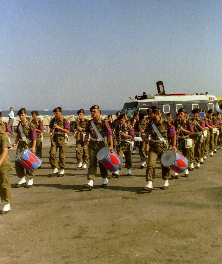 NAPLES, ITALIE, 1988 - la bande militaire d'armée participe à une démonstration sur le bord de mer de Naples photo stock