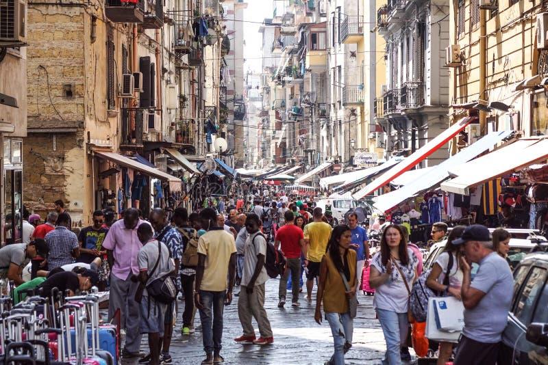 NAPLES ITALIEN - AUGUSTI 22: Porta Nolana marknad i Naples på AUGUSTI 22, 2017 Lokalt folk som shoppar på den söndag gatan fotografering för bildbyråer