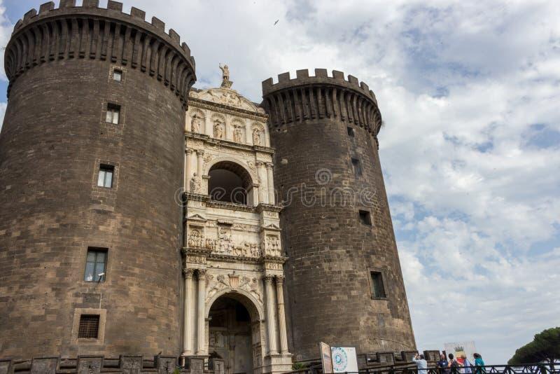 Naples Italien - 13/06/2018: Castel-Nuovo fästning mot blå himmel Italiensk medeltida arkitektur arkivbilder