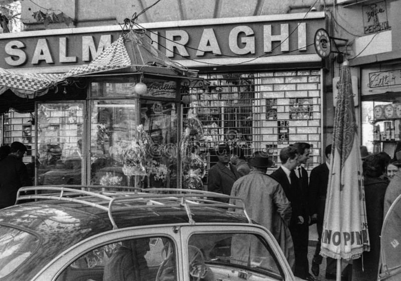 Naples Italien, 1959 - många personer flockas längs trottoarerna av piazza Vanvitelli på en festlig dag fotografering för bildbyråer