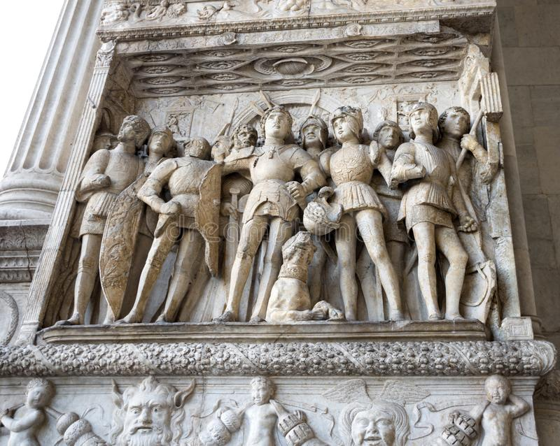 NAPLES ITALIEN - MAJ 02, 2019: Detaljen av den triumf- bågen av Castel Nuovo kallade också Maschio Angioino i Naples arkivbilder